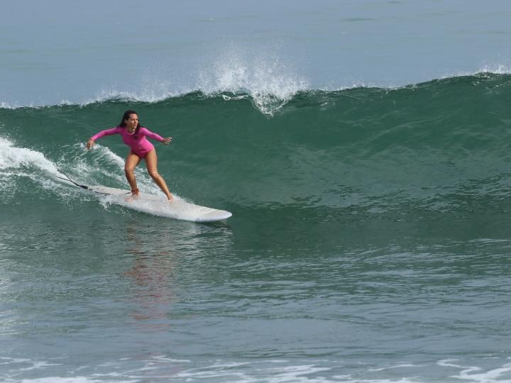 Vanesa Tejada surfeando en Máncora (Perú)